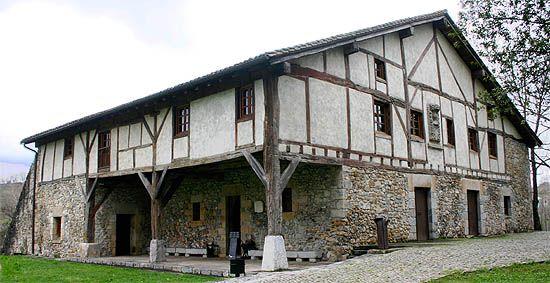 Caserío Museo Igartubeiti. Ezkio-Itsaso, Guipúzcoa. Caserío vasco construido en 1540, siguiendo la organización típica de las viviendas de los labradores de la zona, y ampliado en el siglo XVII. Conserva la estructura original de madera, así como la organización de los espacios domésticos, de los animales, de almacenaje y de fabricación de la sidra.