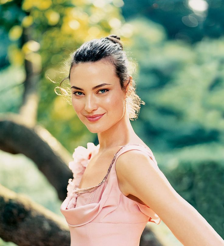 Shalom Harlow photographed by Arthur Elgort, Vogue, October 2004.