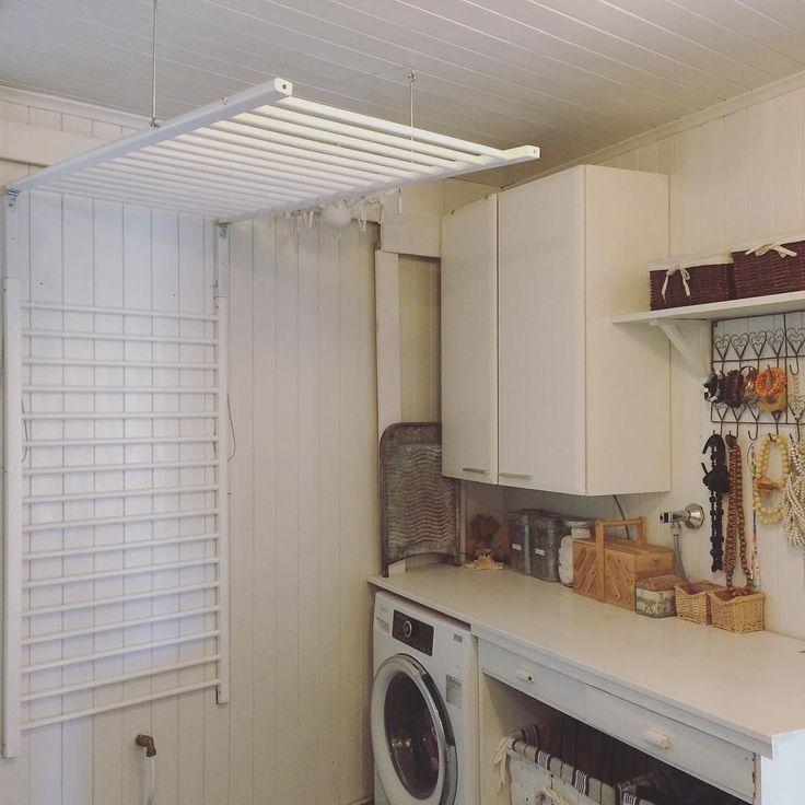 """Time to hang the laundry on the reused baby bed. En av de smartaste grejerna vi gjort i detta hus är torkställningen byggd av två långsidor från en spjälsäng. Slukar två maskiner tvätt och så otroligt praktisk. Vill du veta hur den är gjord så hittar du utförliga beskrivningar om du googlar """"Lee torkställning"""". Det blev nämligen även ett tv inslag av den också sen. #hemmahososs #myhome #torkställning #badrum #återbruk #återvinning #återanvändning #reuse #remake #recycle #kierrätys #interior…"""
