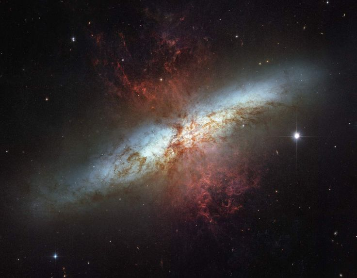 Los objetos Messier: la Galaxia del Cigarro (Messier 82), es una galaxia irregular que está generando estrellas 10 veces más rápido que la Vía Láctea. En su conjunto, es cinco veces más brillante que la nuestra, y su centro es 100 veces más luminoso que el de la Vía Láctea. Se cree que esa generación tan elevada de estrellas pudo ser provocada por entrar en contacto con la Galaxia de Bode (Messier 81). #astronomia #ciencia