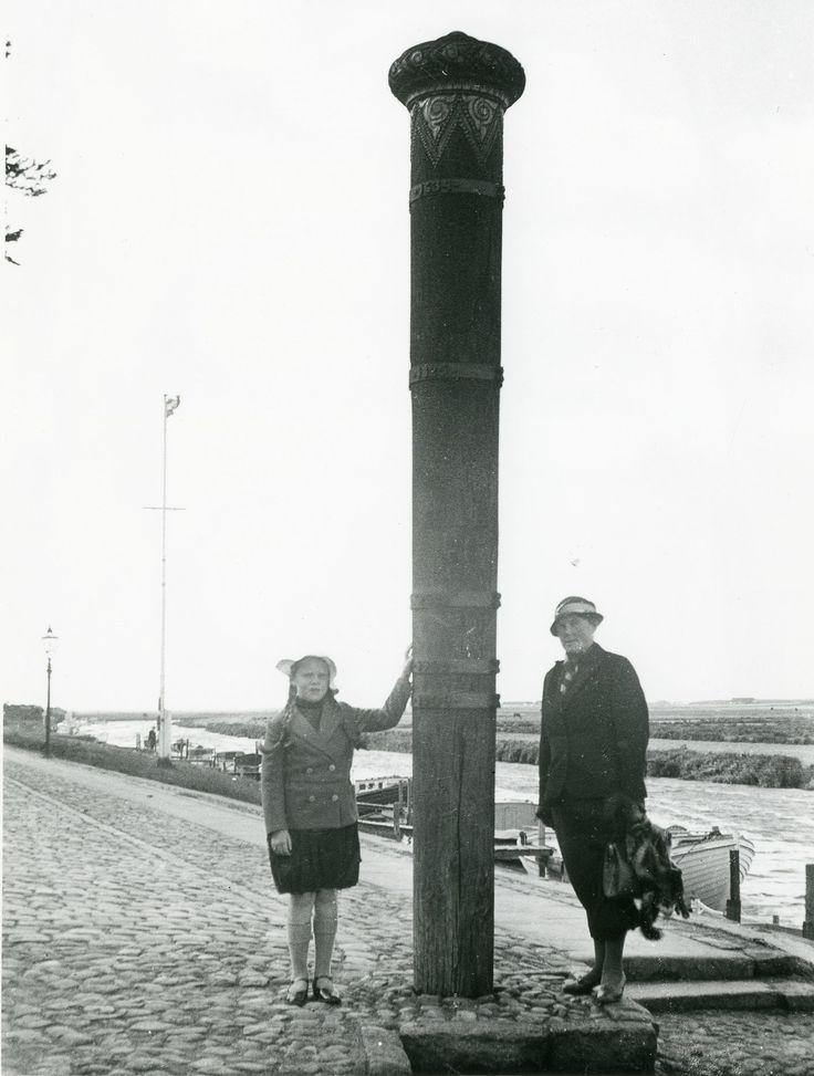 Bodil og Ellen ved stormflodsmærket i Ribe, ca. 1937.