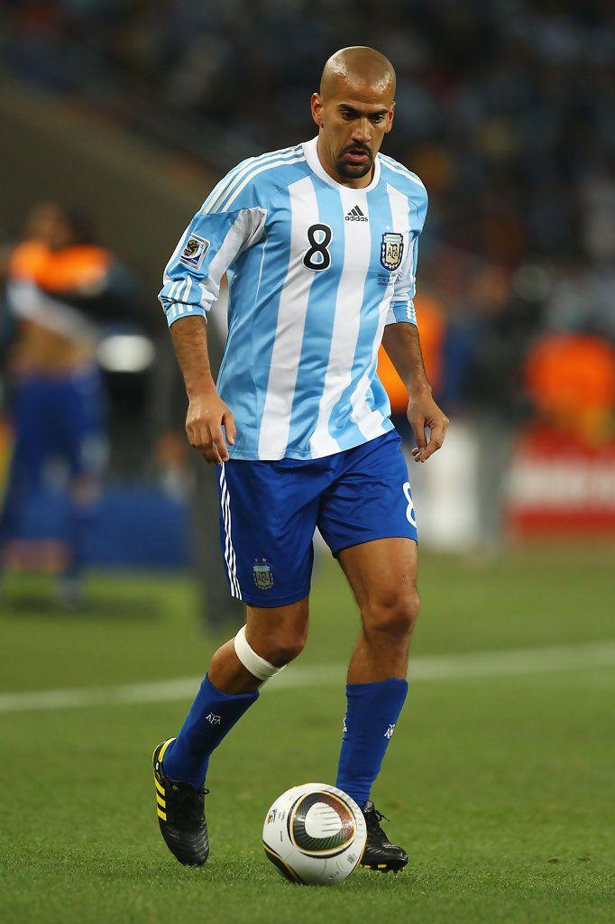 Este jugador es Juan Sebastian Veron. Éste en el Equipo Nacional de Argentina. Es bueno hacer ejercicio los días porque él juega seriamente.