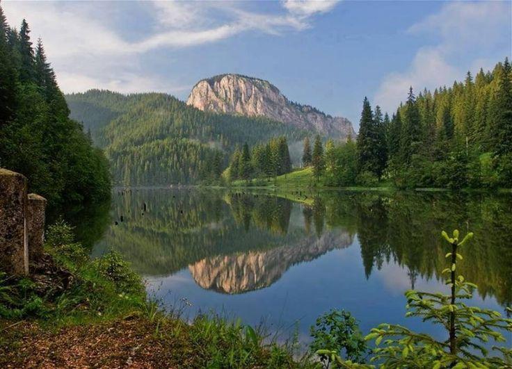 Lacul Roșu este inclus în Parcul Național Cheile Bicazului-Hășmaș