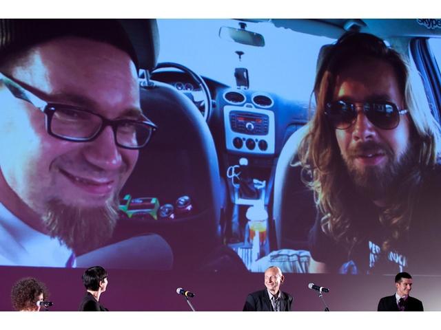 """Międzynarodowy Konkurs Filmy o Sztuce wygrało dwóch fińskich fresków – Jukka Karkkainen, Jani-Petteri Passi, reżyserzy """"Zespołu punka"""". Jury doceniło """"skromny film, który pokazał jaką wartość ma sztuka dla zwykłego człowieka"""". Finowie połączyli się z festiwalową publicznością przez skype. Siedzieli w samochodzie, gdzieś na stacji benzynowej, gdzie zatrzymali się w drodze szukając ochłody w najgorętszym dniu w Finlandii. Skacowani, wyluzowani życzyli publiczności by piła dużo beherovki."""