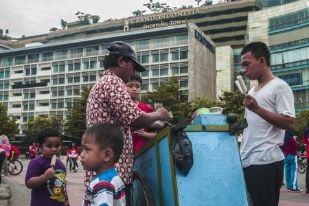Setiap minggu pagi pukul 07.00 - 11.00 WIB, Bundaran HI - Jakarta merupakan surganya belanja bagi penikmat jajanan tradisional khas Indonesia.