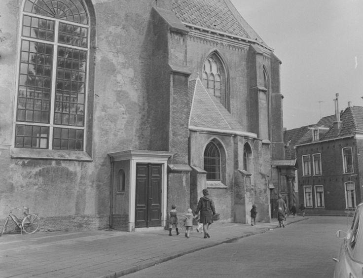 Leeuwarden - Grote Kerk, met zicht op de Monnikemuurstraat - fotograaf Ed van Wijk
