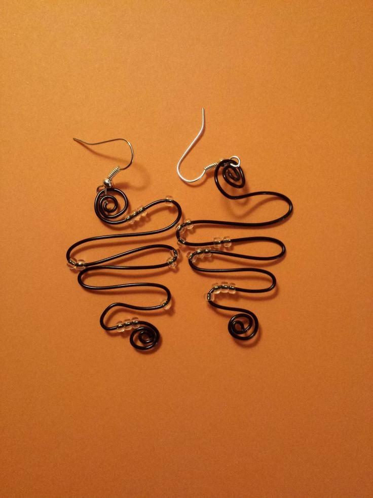 Orecchini fatti a mano con filo d'alluminio e perline!