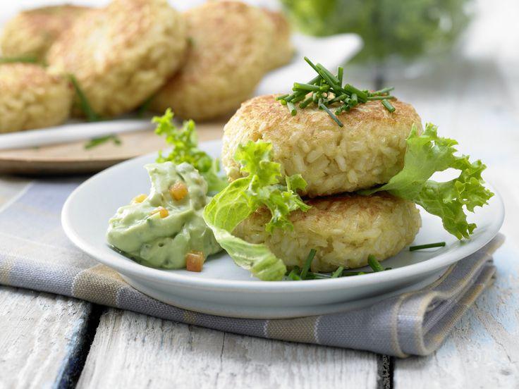 Lauwarme Reisfrikadellen - mit Avocadodip - smarter - Kalorien: 356 Kcal - Zeit: 50 Min. | eatsmarter.de Frikadellen müssen nicht immer Fleisch enthalten. Diese vegetarische Version schmeckt auch wunderbar.