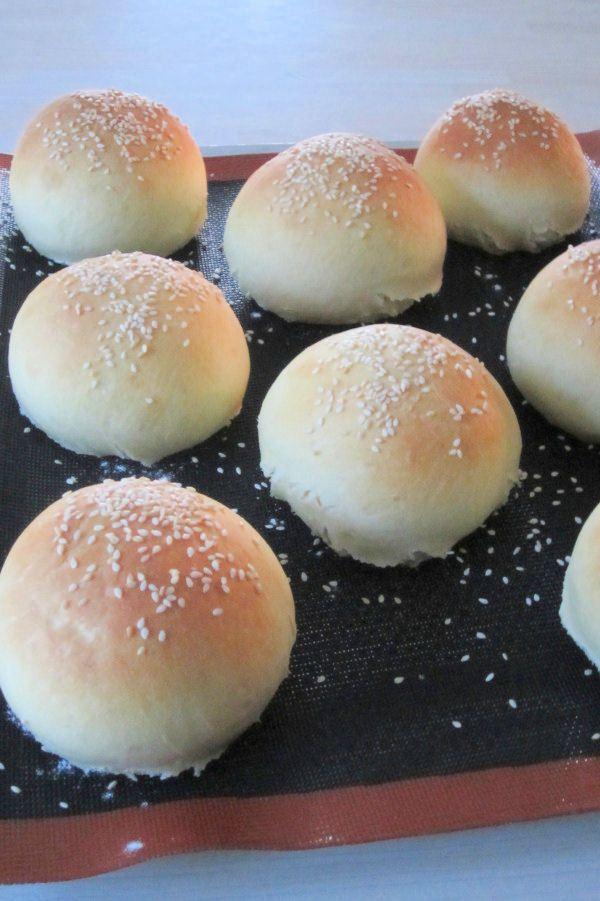Une des idées de repas du vendredi post-athlétisme-affamant-mes-enfants : les hamburgers de Papa avec le pain maison de Maman. La recette est hyper simple, et le goût mamamia! rien à voir avec ceux qu'on achète! tout pour nous faire à mort culpabiliser...