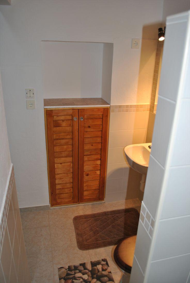 Régi ajtónyílás beépítve, tároló szekrényke