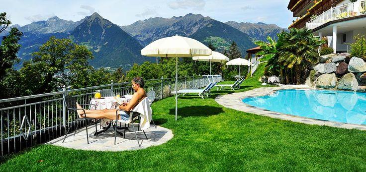 Freibad Schenna Hotel Südtirol Relax Schwimmbad Liegewiese
