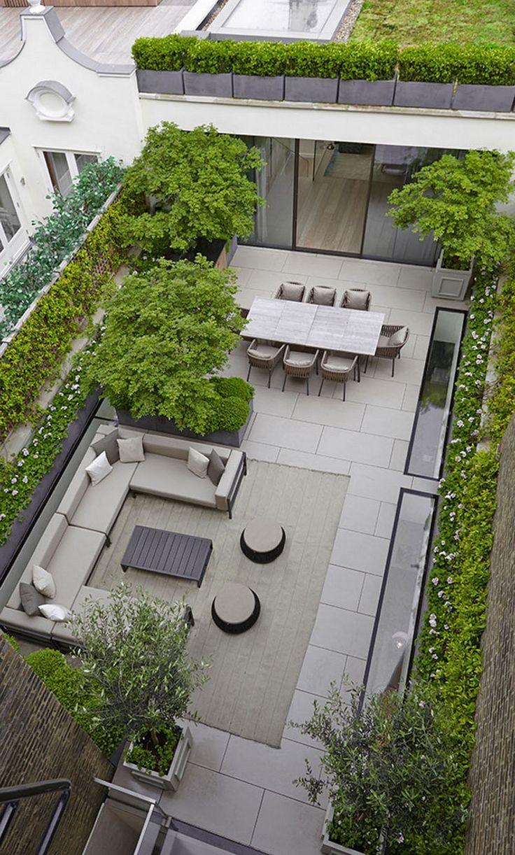 terrasse de jardin moderne avec dallage en pierre, canapé en U en résine tressée et arbres