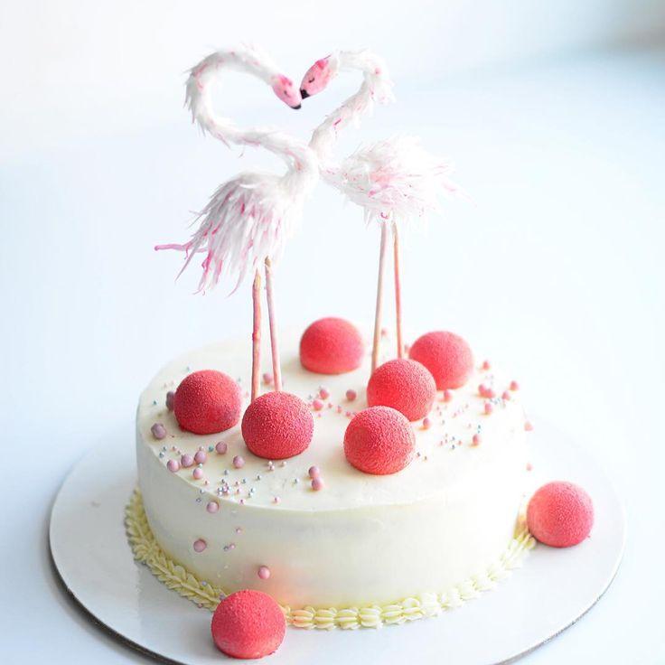 Доброго утра! Детский торт, на 2х летие малышки. Фламинго съедобные, сделанные лично мной Осваивать новые техники всегда интересно, главное найти время! Но не сделать их я просто не могла, уж очень хотелось попробовать.  Да простит меня мама именинницы @katerdgina , но когда у меня получился свой кадр торта, не могу его не показать☺️☺️ Торт кстати бисквитный, что для меня редкость, НО☝️ бисквиты джаконда с миндалём, намелака с натуральной ванилью и ягодный мармелад(ну вы понимаете что э...