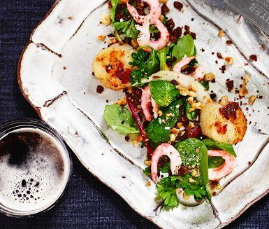 Varför inte laga en lyxig och fräsch förrätt till helgen? Med skaldjur, sötsyrlig honungs- och citrondressing, rostade hasselnötter, spröd sallad och krispiga smulor av kavring kommer denna rätt att göra succé.