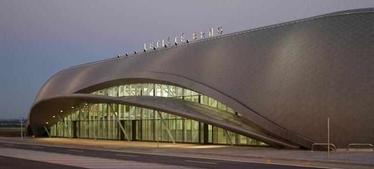 Letiště Brno. Malé ale naše. Krásná architektura. Velmi příjemná forma odjezdu na dovolenou.