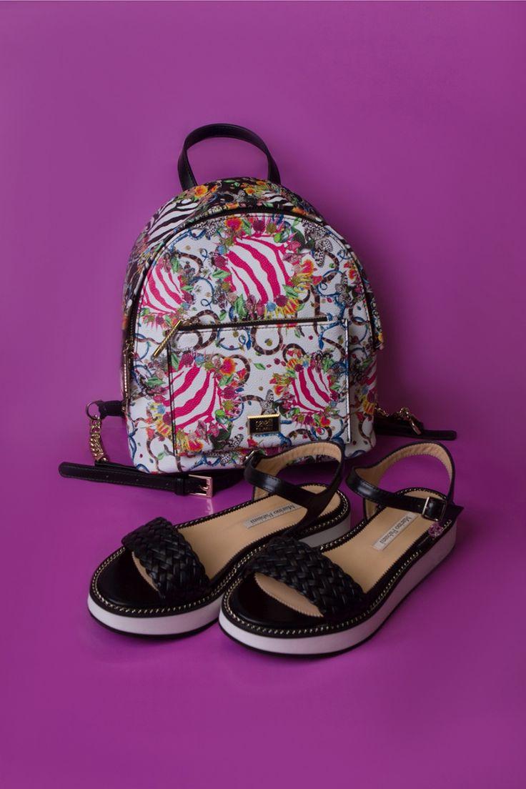 Плетеные сандалии на контрастной толстой подошве уместно дополнить по-летнему ярким рюкзаком. Рюкзак Class Cavalli, босоножки Marino Fabiani.