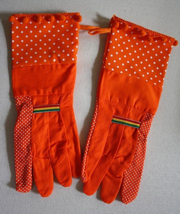 Wer sagt, dass man beim Gärtnern nicht gut aussehen kann? Diese Designer-Gartenhandschuhe in orange sind mit einer orange-farbenen Stulpe mit weißen Pünktchen und einer orange-farbenen Bommelborte...
