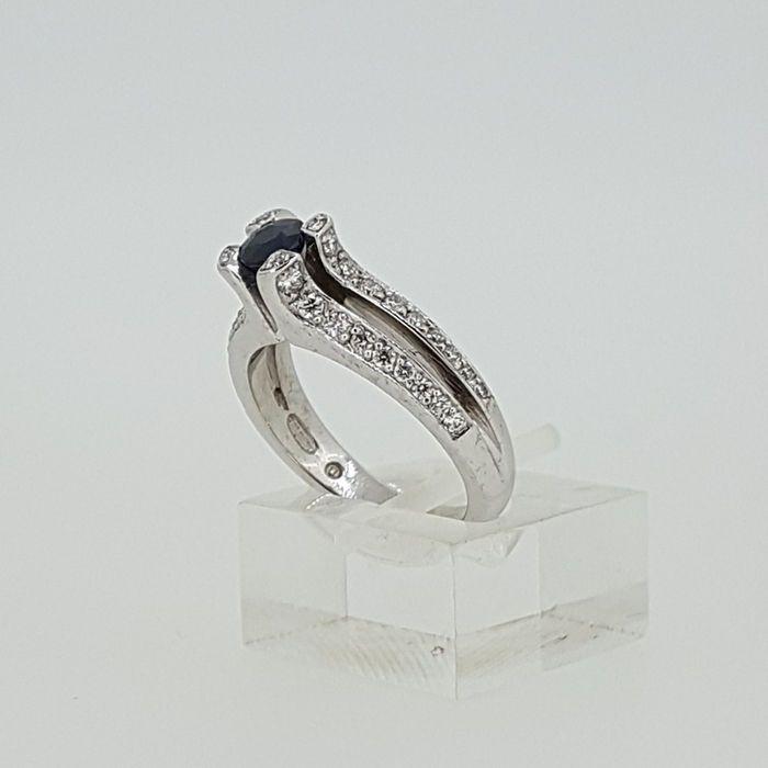 Diamantring in wit goud met zwart-wit diamanten  Dit is een mooie ring die goed op de vinger van een classy dame gaat.De prachtige behandelde black diamond in het centrum heeft een gewicht van 0 58ct en combineert perfect met onze briljant geslepen natuurlijk wit-gekleurde diamanten met een gecombineerd gewicht van ongeveer 0 68ct in totaal. De witte diamanten hebben een kwaliteit van F-G/vvs-vs-siWe weten dat elk detail telt dat is waarom we hebben ringen kettingen en armbanden die past bij…