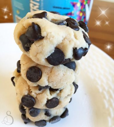 Chocolate Chip Cookie Dough Bites ➖➖   2 T coconut flour  1/2 scoop Slap Nutrition vanilla or cake batter protein powder [discount code: SARAH] (you can sub other brands of protein powder)  2-3 stevia packets (I use PureVia brand)  1/8 tsp salt  1 T melted coconut butter (or nut butter of choice)  2 T Greek yogurt  1 tsp maple syrup  1-2 T almond milk  2 T chocolate chips ➖➖ Mix the dry ingredients with the wet ingredients, add chocolate chips, form into balls, and enjoy! Store in the…