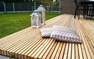Langlebige Holzterrasse am Stück Eine Terrasse aus Holz erfüllt den Traum eines ruhigen Ortes zum Entspannen im Garten. Der Bau geht schnell und die Möglichkeiten bei der Gestaltung sehr vielfältig. Verschiedene Holzarten eigenen sich für eineTerrasse und auch die Beleuchtung einer Holzterrasse ist sehr flexibel. Hier findest Du weitere Ideen und Infos zum Bau und den passenden Handwerker: https://www.my-hammer.de/