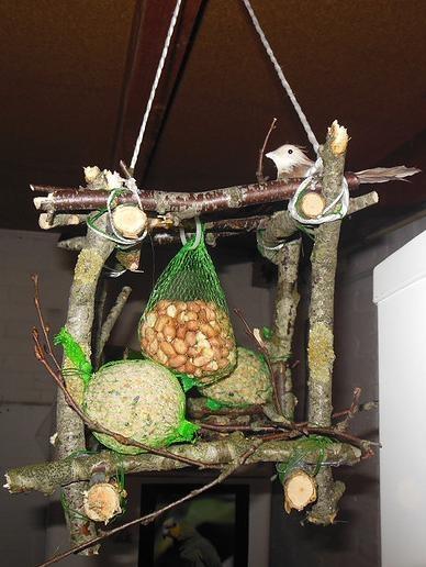 Vogelvoeder kubus  gemaakt van takken, vastgebonden met binddraad