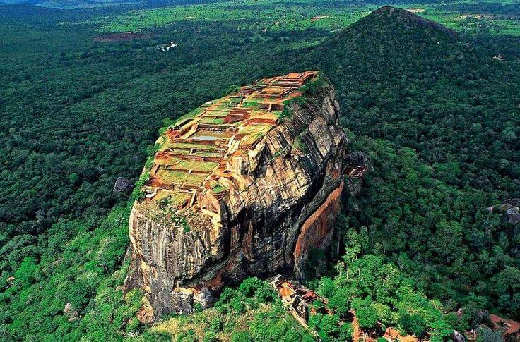 スリランカには数々の世界遺産があり、その代表とも言えるのが「シギリヤロック(写真1)」。ジャングルに突如現れる高さ200メートルの壮大な岩山の頂上に、5世紀後半にカーシャパ王によって建てられた王宮跡が残されています。まるで空中に浮かんでいるような場所に建設された王宮、水の広場、要塞などの設計プランは大変素晴らしく、当時の建築と土木工学のレベルの高さが想像できます。