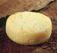 Asturias queso Peñamellera--Como la mayor parte de los quesos asturianos, está delicioso con pan de hogaza y sidra escanciada. Al ser un queso de pasta fresca, se recomienda tomar vinos blancos ligeros o rosados, secos y nerviosos, como el de Rueda, Cigales, Tarragona o Panadés.