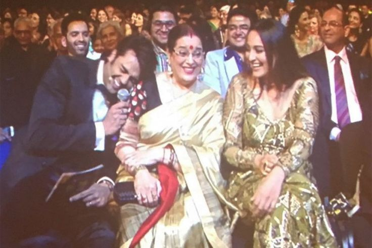 Manish Paul's usual wit and charm had Sonakshi Sinha and her mom Poonam in splits. #iifa2016