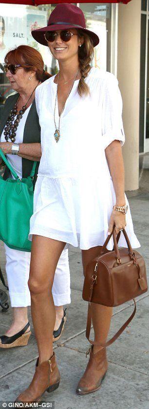 """Se acercan los días de calor y de a poco nuestro clásico """"Little Black Dress"""" empieza a ser reemplazado por el """"Little White Dress"""" que no es nada más ni nada menos que el vestido blanco de verano de inspiración más bohemia y cortes más relajados. Mucho se habla del blanco, en el sentido que se suele pensar que es un color reservado exclusivamente para..."""