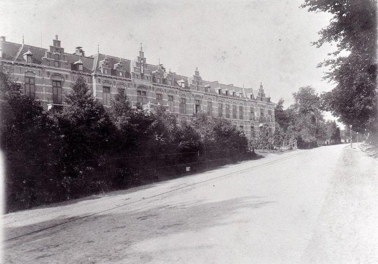Het St. Elisabeths Gasthuis aan de Utrechtseweg in 1900. Het eerst gebouwde deel van het ziekenhuis, de westvleugel, werd in 1894 in gebruik genomen. In 1896 werd de tweede (oost)vleugel geopend.