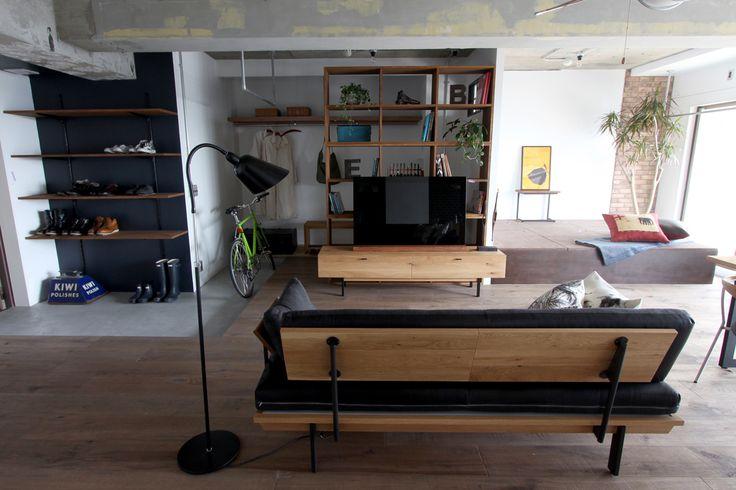 Holz Sofa/ HOLZ(ホルツ)はドイツ語で木という意味があります。  木の節や割れ、染みや白太などいままでの家具製作では使われなかった「欠点」がビンテージ感のある「表情」として受け止められる時代の空気があるように感じています。  #家具  #北欧  #デザイン #目黒 #インテリア #ソファ #ライフスタイル #レザー #無垢材