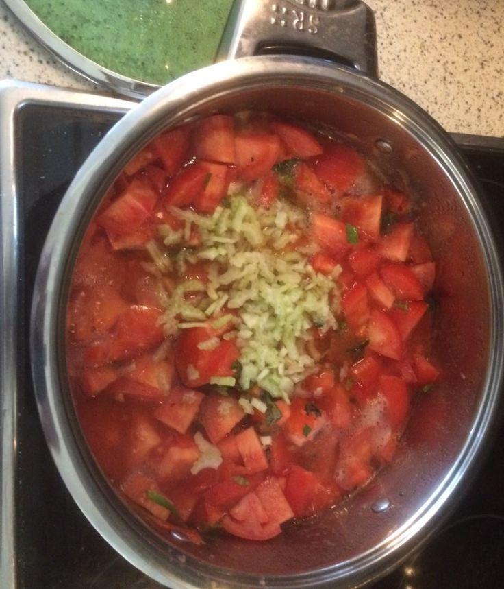 Kistje tomaten kopen op de markt. Pan vol koken met zout, kruiden, bleekselderij en de staafmixer erin. In porties invriezen. Zo heb je altijd lekkere tomatenprut voor soep of saus. #tomaten #tomatenprut #gezonde #recepten