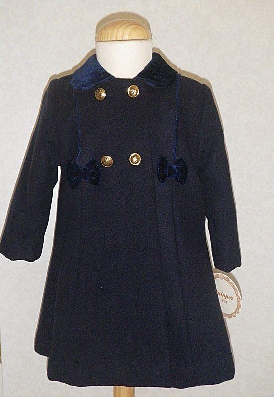 Abrigo azul marino para niña de paño con capota a juego. Cuello y detalles en terciopelo.