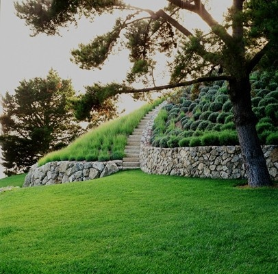 Todella näyttävät portaat. Muurikivi on luonnollinen ja betonia edullisempi pengerrysmateriaali, jota on käytetty tässä erinomaisella tavalla.