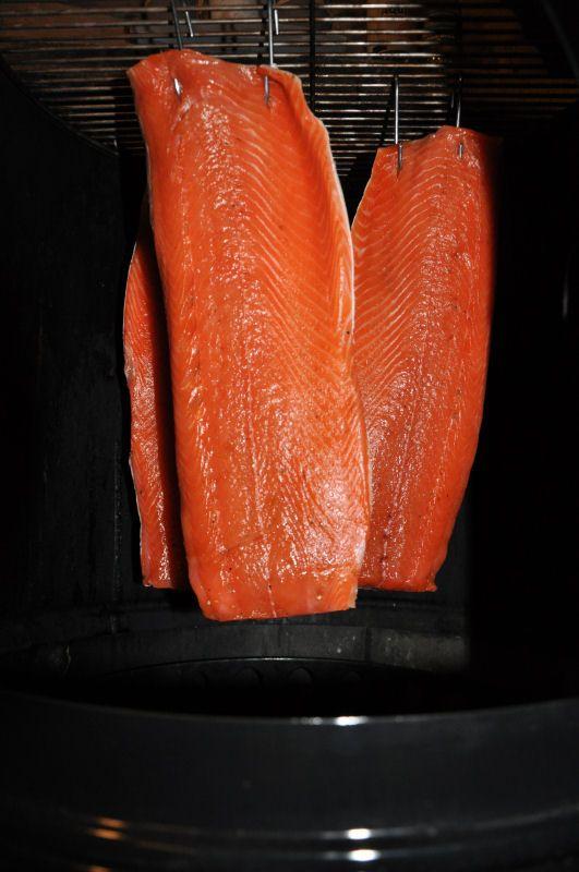 Lachsfilets werden zum Räuchern aufgehangen Kaltgeräucherte Lachsfilets…