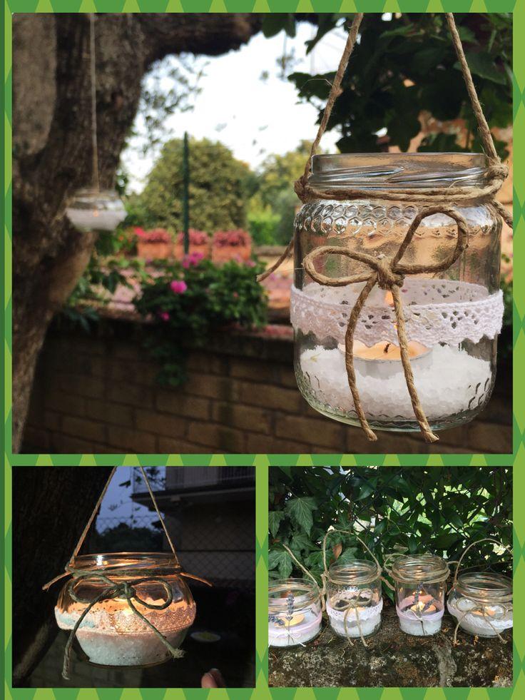 Lanterne create con barattolini di vetro, spago e merletti.