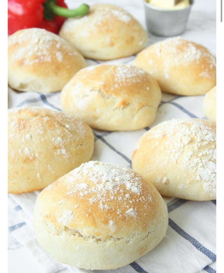 ⬅️Recept! Baka saftiga, mjuka frallor som vara jäser en gång, direkt på plåten! Suuuupergoda!  #lättattbaka #bröd #frukost