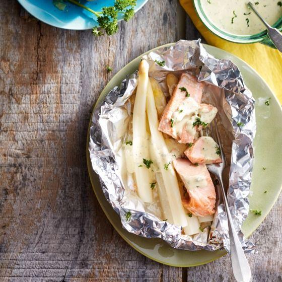 Aspergepakketje met zalm - Deze aspergepakketjes met zalm uit de oven zijn zó gemaakt. #recept #oven #vis #JumboSupermarkten