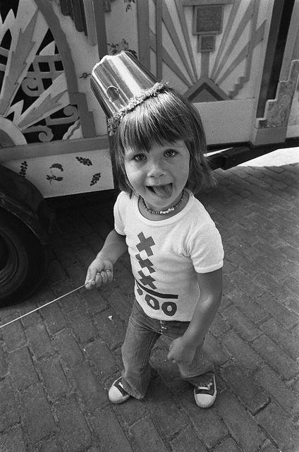 Viering van 700-jaar Amsterdam in het Amstelpark, waarvoor 2 tot 4 jarige kinderen zijn uitgenodigd. Kleuter in feestkleding. 29 augustus 1975