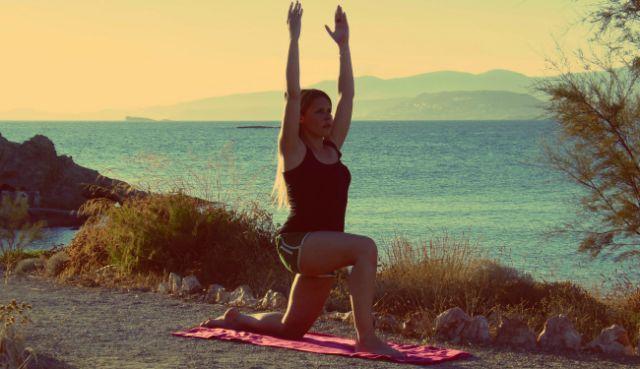Η καθηγήτρια φυσικής αγωγής Ιωάννα Βαπορίδη (aquabirth.gr ) σου δείχνει βήμα προς βήμα 4ασκήσεις yogalates που θα κάψουν το περιττό λίπος και θα σμιλέψουν το σώμα σου ομοιόμορφα,συνδυάζοντας τα οφέλη του pilates με τα πλεονεκτήματα της ευελιξίας της yoga. Επανέλαβε τιςασκήσεις σύμφωνα με τη φυσική σου κατάσταση: Τοποθετούμε τα χέρια μας, στην ευθεία των ώμων