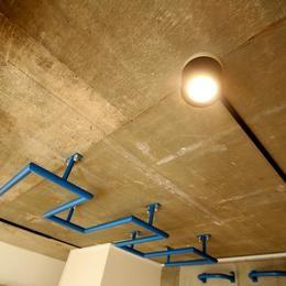 ボルダリング×コンクリートスラブのアスレチック空間の部屋 天井