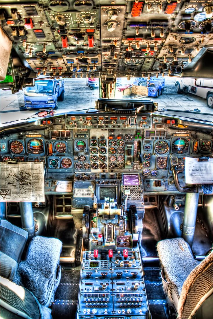 Cockpit of a Boeing 737-300 with its traditional instrumentation in HDR.