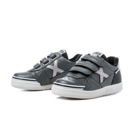 ZAPATILLAS GRIS 1515728 . Zapatillas con estilo propio , modelo de fútbol sala con puntera reforzada y piso antideslizante . Zapato deportivo con tres tiras de velcro