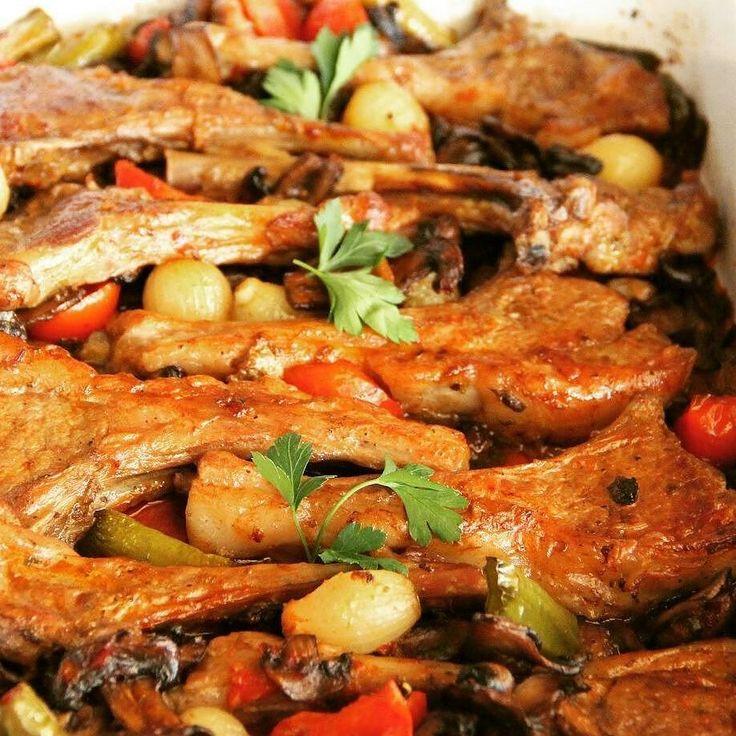 En güzel mutfak paylaşımları için kanalımıza abone olunuz. http://www.kadinika.com @cihan.koca  MANTAR SOSLU KUZU PİRZOLA 10 parça kuzu pirzola bir kaba alınır.Üzerine 2 yemek kaşığı zeytinyağıkekikkarabiberpulbiber1 tane rendelenmiş soğanın suyu ve tuz katılarak terbiyesi hazırlanır.Bu şekilde yarım saat bekletilir. Terbiye edilmiş pirzola1 yemek k.zeytinyağında bıraktığı suyu çekene kadar pişirilir. 1 pk(400 gr) mantar yıkanır ve biraz kalın olacak şekilde dilimlenir.2 kaşık tereyağı…