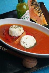 Kalte Papaya-Paprikasuppe mit Schafskäse und Honig - Eine kalte Suppe wie die spanische Gazpacho ist speziell im Sommer bei hohen Außentemperaturen wunderbar erfrischend.