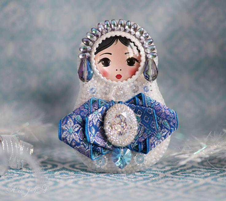 """Купить Брошь матрёшка """"Снегурочка"""" - голубой, белый, синий, фиолетовый, разноцветный, сверкающий, зима, мороз"""