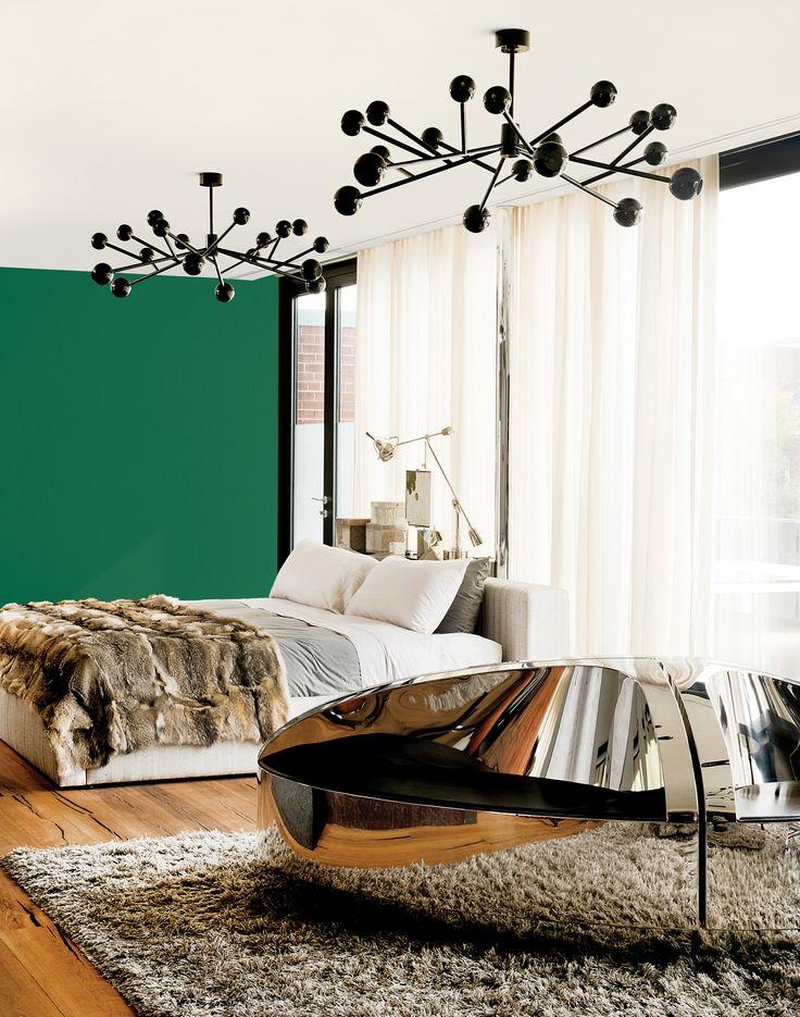 PEINTURE SICO | Avec un savant mélange de textures, de mobilier contemporain et d'un mur d'un vert gracieux, cette chambre à coucher offre un environnement empreint de vivacité et d'élégance. L'utilisation de la couleur verte à son meilleur!