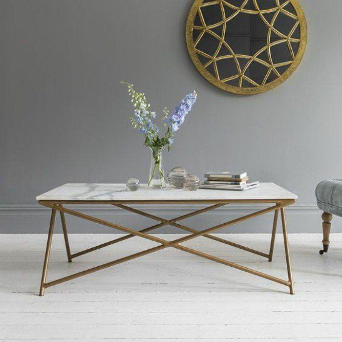 La table basse en marbre est un mobilier classique du salon qui s'associe de nos jours à des matériaux comme l'acier, le bois et le cuivre.