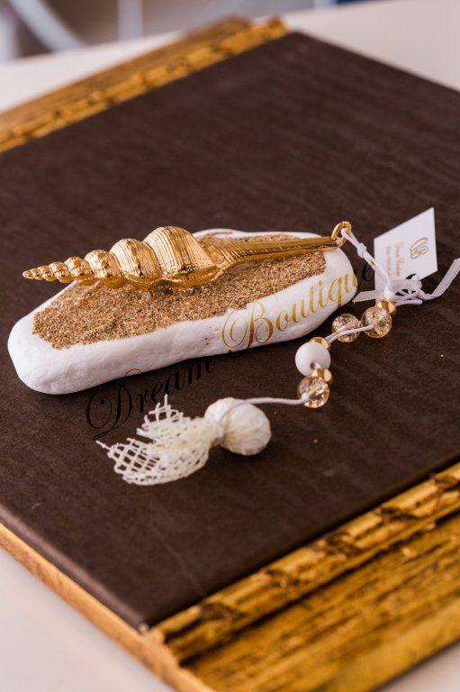 Εντυπωσιακή μπομπονιέρα με επίχρυσο κοχύλι πάνω σε βότσαλο
