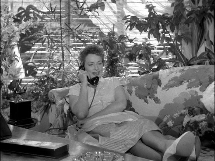 som husbestyrerinde Kamilla, i Færgekroen fra 1956.